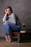 Adolescente con la presentación del suéter del pelo que lleva largo Fondo gris Fotografía de archivo