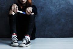 Adolescente con la prueba de embarazo Fotos de archivo libres de regalías