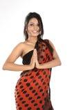 Adolescente con la sari en actitud del namaskaram Imágenes de archivo libres de regalías