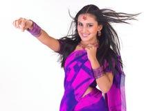 Adolescente con la sari en una expresión de la explotación agrícola Imagenes de archivo
