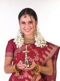 Adolescente con la sari que sostiene la lámpara Foto de archivo libre de regalías