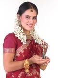 Adolescente con la sari y las flores que sostienen la lámpara Imágenes de archivo libres de regalías