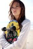 Adolescente con la scheda del pattino Fotografia Stock Libera da Diritti