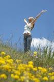 Adolescente con la situación extendida de los brazos contra el cielo Imagen de archivo