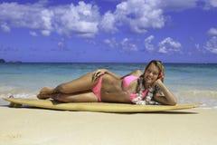 Adolescente con la tabla hawaiana Fotografía de archivo libre de regalías