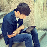 Adolescente con la tableta Foto de archivo