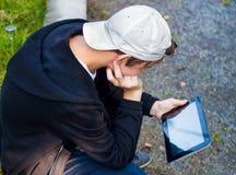 Adolescente con la tableta Imágenes de archivo libres de regalías
