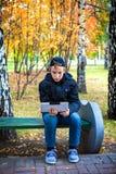 Adolescente con la tableta al aire libre Foto de archivo