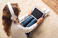 Adolescente con la tableta digital Fotografía de archivo