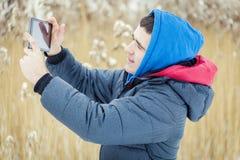 Adolescente con la tableta en al aire libre Foto de archivo libre de regalías