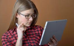 Adolescente con la tableta en casa Fotos de archivo libres de regalías