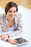 Adolescente con la tableta portátil Fotos de archivo