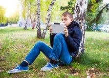 Adolescente con la tablilla Fotos de archivo