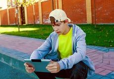 Adolescente con la tablilla Fotografía de archivo
