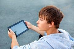 Adolescente con la tablilla Imágenes de archivo libres de regalías