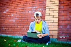 Adolescente con la tablilla Imagen de archivo