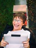 Adolescente con la tablilla Foto de archivo