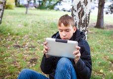 Adolescente con la tablilla Fotos de archivo libres de regalías