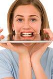 Adolescente con la tablilla en boca Fotografía de archivo