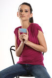 Adolescente con la tarjeta en blanco azul Foto de archivo libre de regalías