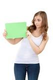 Adolescente con la tarjeta verde en blanco Fotografía de archivo libre de regalías