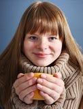 Adolescente con la taza Foto de archivo libre de regalías