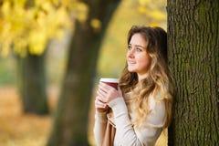 Adolescente con la taza de café Fotografía de archivo