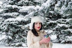 Adolescente con la taza de café caliente en invierno Foto de archivo