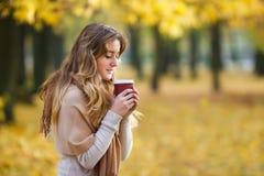 Adolescente con la tazza di caffè fotografia stock libera da diritti