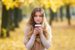 Adolescente con la tazza di caffè fotografia stock