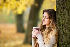 Adolescente con la tazza di caffè fotografie stock