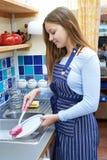 Adolescente con la tienda a tiempo parcial de Job Washing Up In Coffee Fotografía de archivo libre de regalías