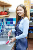 Adolescente con la tienda a tiempo parcial de Job Washing Up In Coffee Imagen de archivo libre de regalías