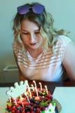 Adolescente con la torta de cumpleaños Fotos de archivo libres de regalías
