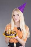 Adolescente con la torta de cumpleaños Imagen de archivo libre de regalías