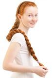 Adolescente con la trenza roja larga Imagenes de archivo