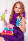 Adolescente con las bebidas Fotos de archivo
