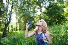 Adolescente con las burbujas de jabón Fotos de archivo