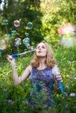 Adolescente con las burbujas de jabón Fotografía de archivo