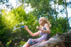 Adolescente con las burbujas de jabón Fotografía de archivo libre de regalías
