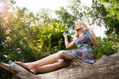 Adolescente con las burbujas de jabón Fotos de archivo libres de regalías
