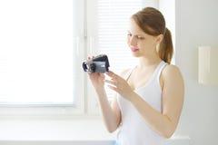 Adolescente con las cámaras digitales Imagen de archivo
