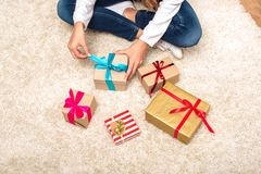 Adolescente con las cajas de regalo Imágenes de archivo libres de regalías