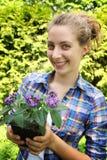 Adolescente con las flores Fotos de archivo libres de regalías