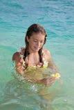 Adolescente con las flores en el océano Imágenes de archivo libres de regalías
