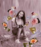 Adolescente con las fotos Fotografía de archivo libre de regalías