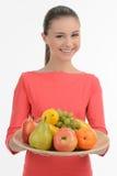 Adolescente con las frutas. Adolescente feliz que lleva a cabo un ingenio de la placa Fotografía de archivo