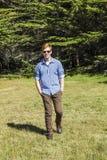 Adolescente con las gafas de sol en el prado Fotos de archivo libres de regalías
