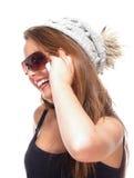 Adolescente con las gafas de sol en el teléfono móvil Imagenes de archivo