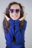 Adolescente con las gafas de sol en forma de corazón Fotos de archivo libres de regalías